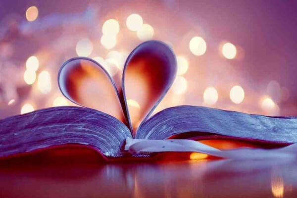 imagem de uma biblia em formato de coração