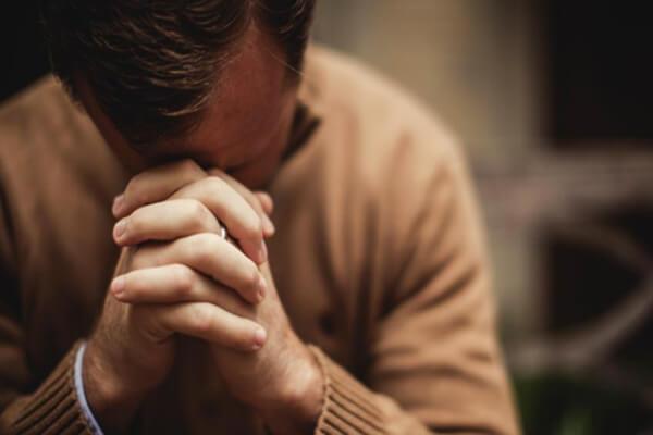foto de homem orando - como orar