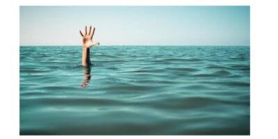 Imagem de uma mão saindo pra fora da superficie do mar