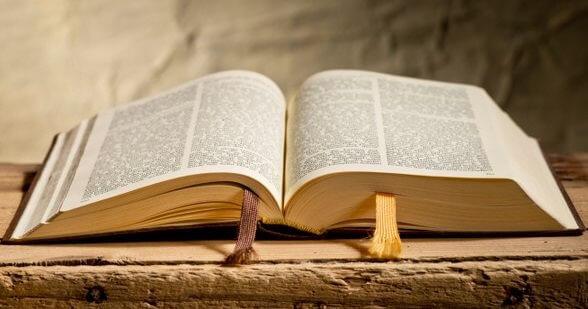 Bíblia aberta.