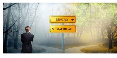 """Uma encruzilhada com dois caminhos. Uma placa aponta para a direita com a palavra """"benção"""" e outra placa aponta para a esquerda com a palavra """"maldição"""". Um homem está parado na frente das placas em posição de pensamento."""