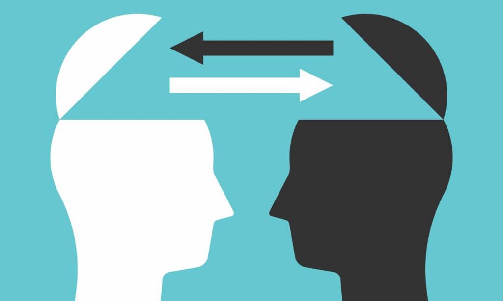 Fundo azul. Desenho de duas cabeças de frente uma para outra. O topo das cabeças estão abertos como se fossem um bau. Duas setas apontam para cada cabeça.