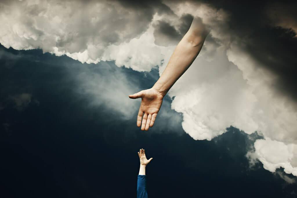 mão de Deus descendo do céu pra segurar a de um humano