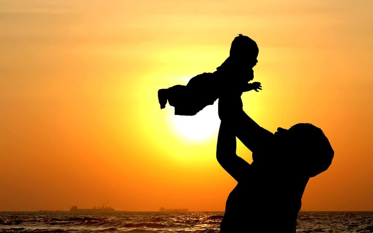 pai brincando com o filho no por do sol