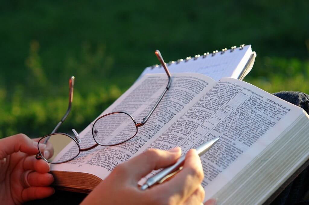 bíblia sendo lida