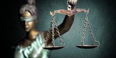 Símbolo da justiça. Escultura de uma mulher vendada segurando uma balança.