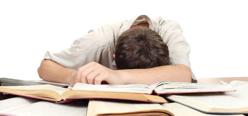 pessoa deitada em cima dos livros