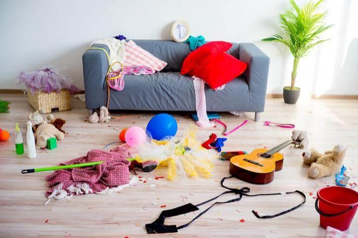 sala cheia da objetos jogados