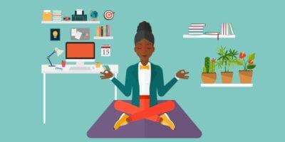 Fundo verde. Desenho de uma mulher sentada com perna de índio meditando em seu quarto. No fundo há uma mesinha de computador e várias prateleiras com livros, flores e objetos variados.