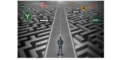 Desenho com tons de cinza. Homem no centro de uma estrada com labirintos e placas apontando diferentes direções nos dois lados da estrada.