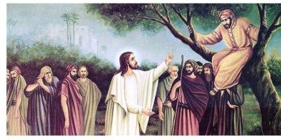 Desenho de Jesus em meio a uma multidão estendendo a mão para Zaqueu, que está em cima da árvore.