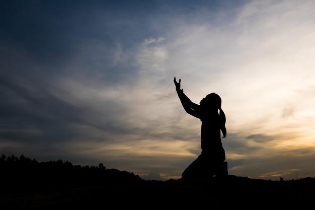 mulher virtuosa com braços para cima em um por do sol