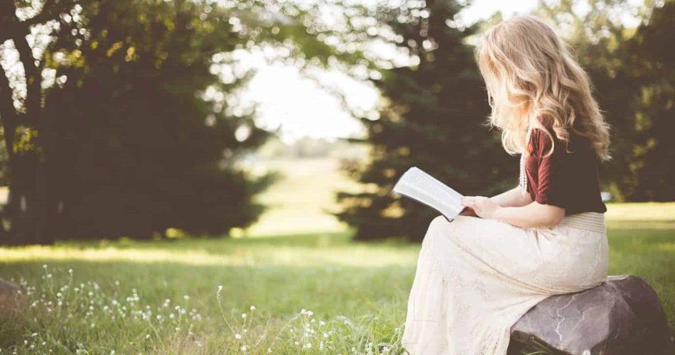 mulher virtuosa - mulher lendo um livro no parque